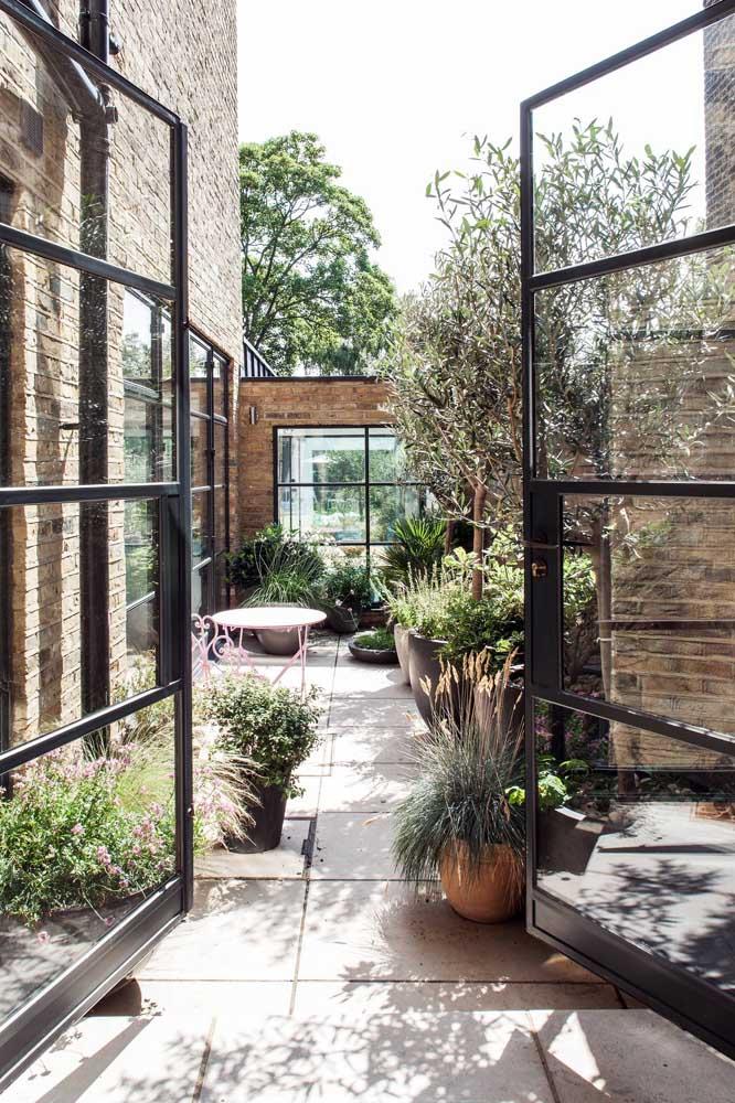 Combine vasos de diferentes tamanhos para criar uma composição cheia de movimento para o pequeno jardim da varanda