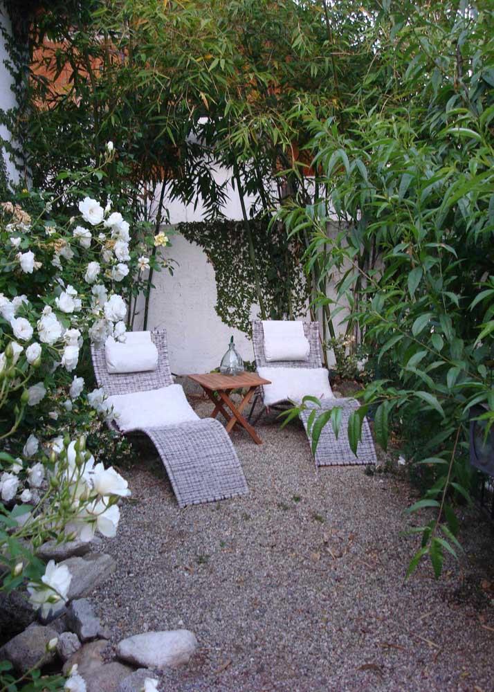 As camélias brancas trazem beleza e perfume ao jardim pequeno; destaque para as espreguiçadeiras que trazem ainda mais conforto ao local