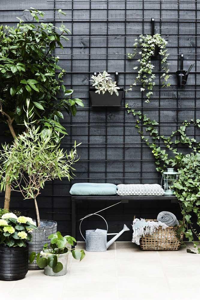 A treliça na parede ajuda a dar sustentação para os vasos e criar um jardim suspenso, onde a planta trepadeira pode se apoiar