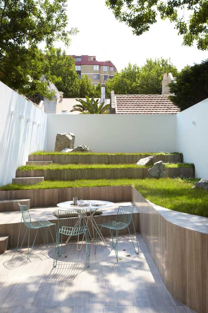 Jardim pequeno em diferentes camadas: ganhe perspectiva e profundidade na área externa
