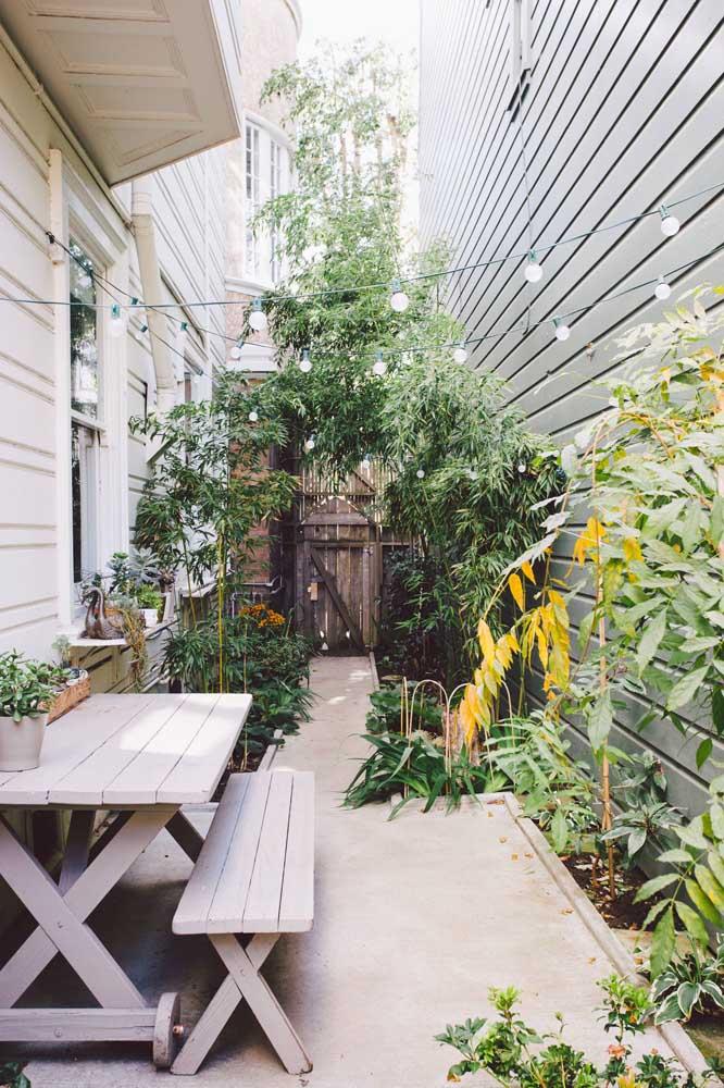 Escolha as plantas para o seu jardim pequeno a partir do espaço que tem disponível; aqui, por exemplo, a ideia foi usar plantas de crescimento vertical para aproveitar o espaço aéreo
