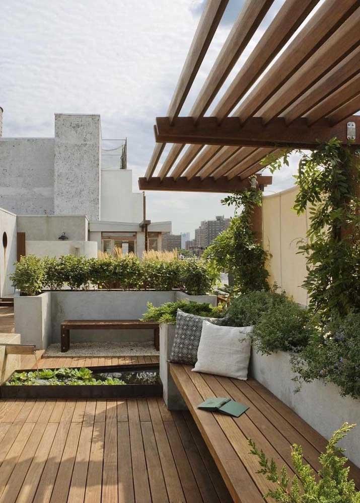 Pequeno e aconchegante: esse jardim sob o pergolado é perfeito para momentos de descanso