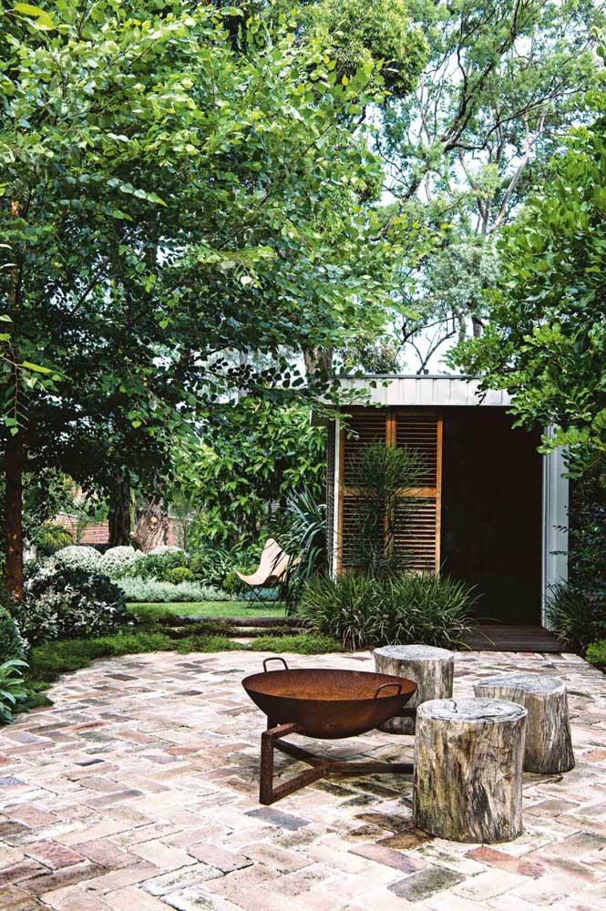 O espaço para fogueira no centro do jardim é um convite para contemplação e convivência