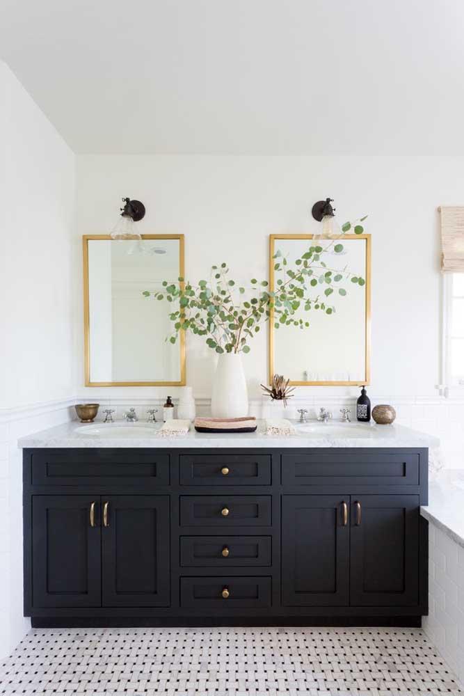 O ponto de destaque desse banheiro é o vaso branco de cerâmica com ramos verdes
