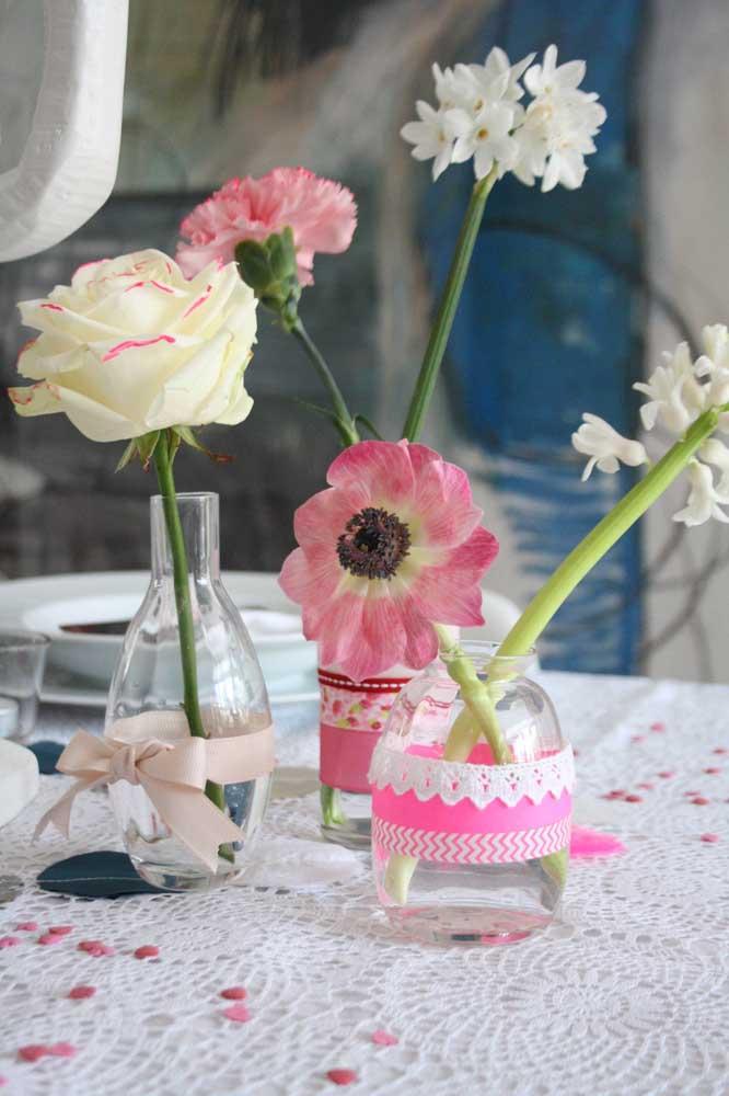 Os pequenos vasinhos de vidro ganharam um detalhe pra lá de delicado e romântico
