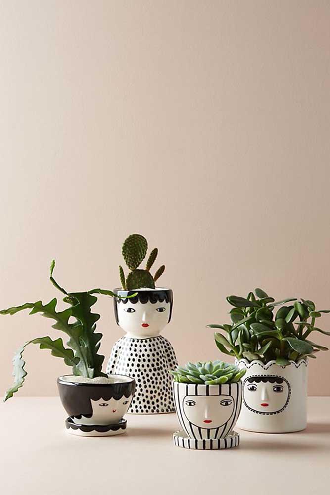 As carinhas pintadas nos vasos dão um charme extra à decoração