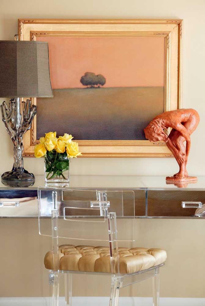 Entre outros objetos decorativos, o vaso de vidro com flores amarelas se destaca, mas sem se sobressair demais