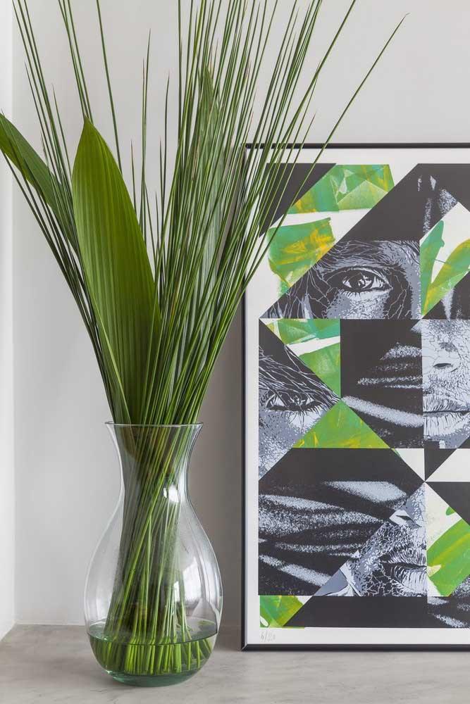 Vaso decorativo de vidro só com ramos e folhas