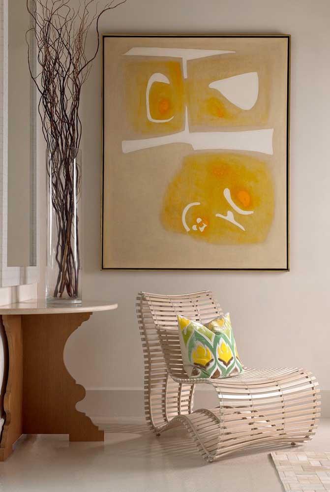 O vaso alto e alongado cria uma sensação de amplitude vertical ao ambiente