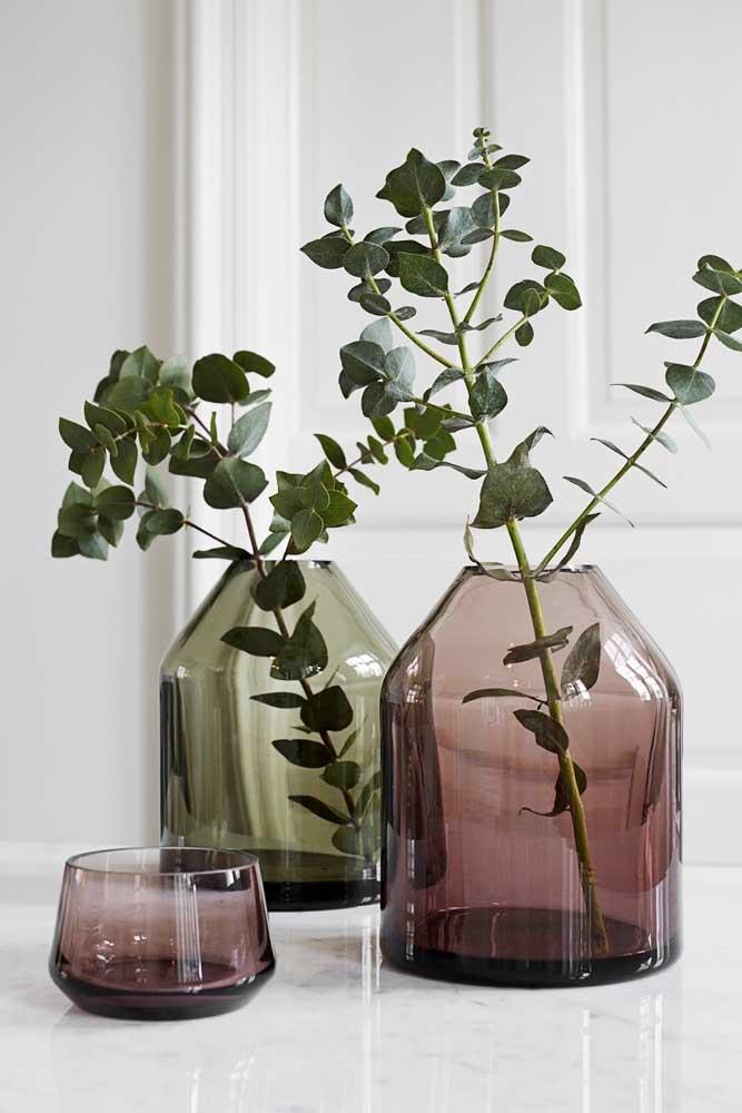 Vasos de vidros coloridos: não precisa de muito para deixá-los incríveis na decoração