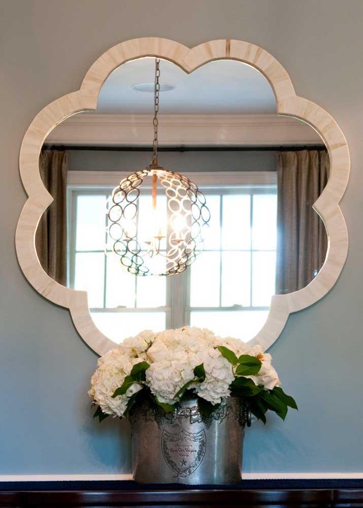 A decoração elegante contou com a beleza do vaso metálico com flores brancas