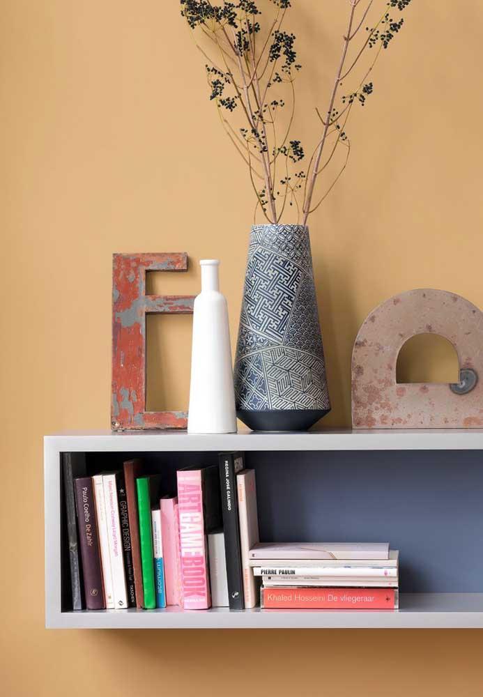Vaso decorativo delicado e simples para enfeitar a prateleira