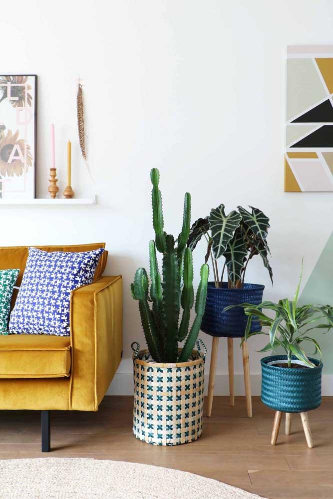 O trio de vasos com diferentes estampas, tamanhos e cores traz alegria e descontração à sala de estar