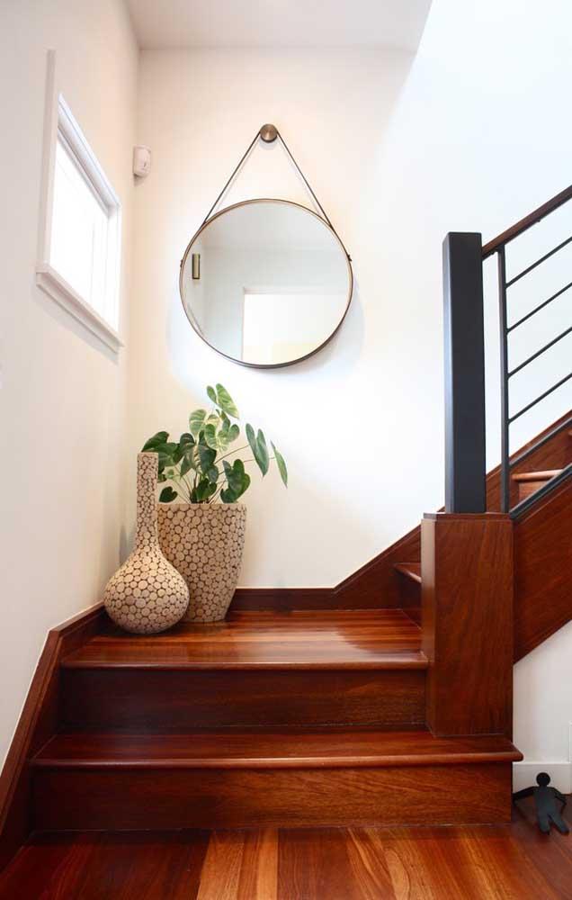 Cansou do visual sem graça da escada? Aposte em um conjunto de vasos para decorá-la