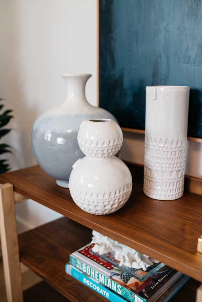 Os vasos texturizados e decorados ficam melhor quando usados vazios, assim os detalhes aparecem com maior destaque