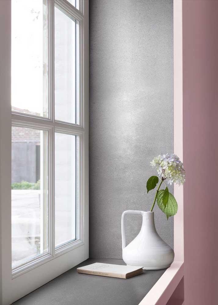 Quanta graciosidade e delicadeza transmite esse pequeno vaso de cerâmica junto à janela