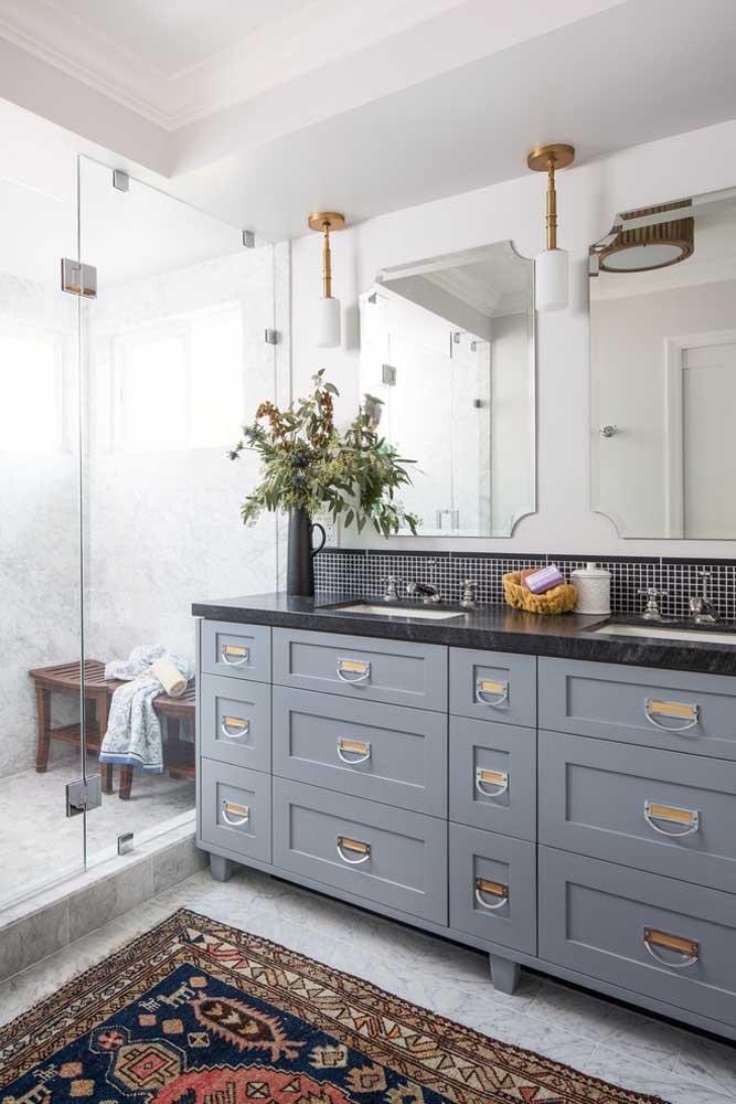 A bancada do banheiro fica mais bonita com o vaso de flores; repare que o vaso acompanha a cor da bancada