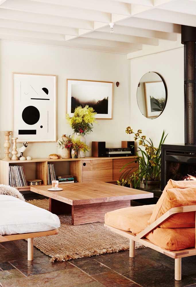 Deixe que o aparador conduza a decoração da sala; aqui, por exemplo, ele comporta a maior parte dos objetos decorativos e serve como ponto focal para os quadros na parede