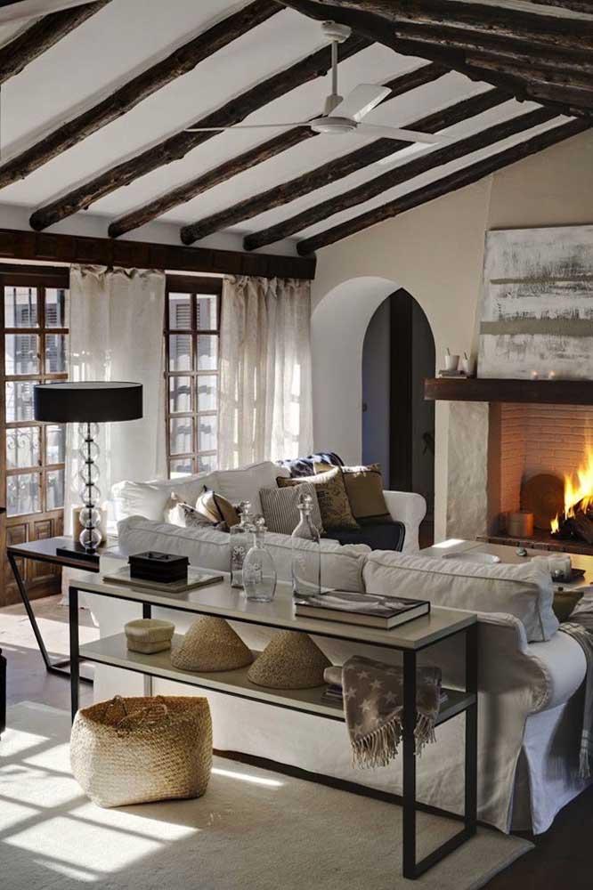 Aparador para sala todo aberto em estilo industrial contrastando com a decor mais clássica do restante do ambiente