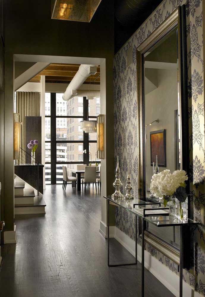 O aparador de design simples ganhou um reforço com o espelho super sofisticado e o papel de parede