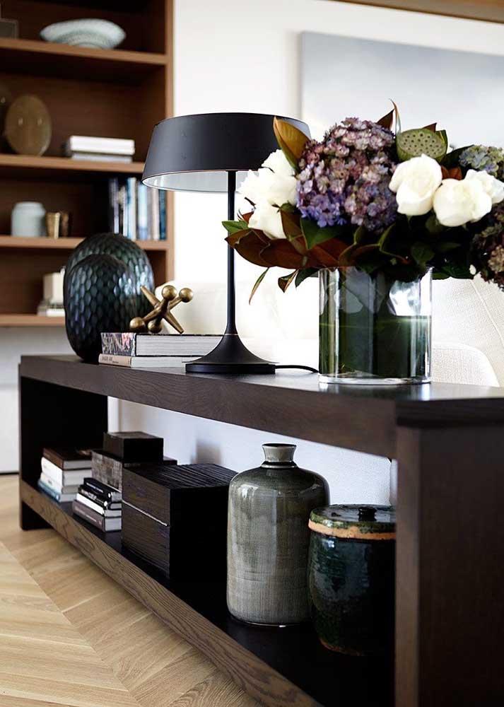 Vasos, luminárias e livros são os itens mais comuns encontrados sobre os aparadores de sala