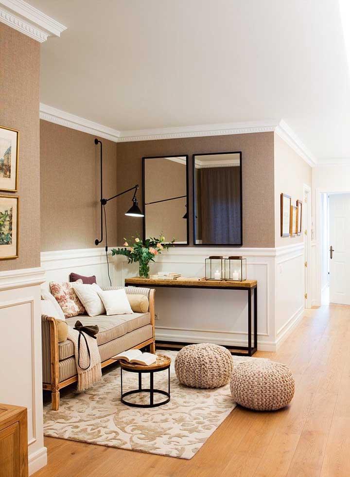 Aparador para sala de estilo industrial; só que aqui ele ajuda a compor um ambiente que puxa para o clássico, com um toque de descontração