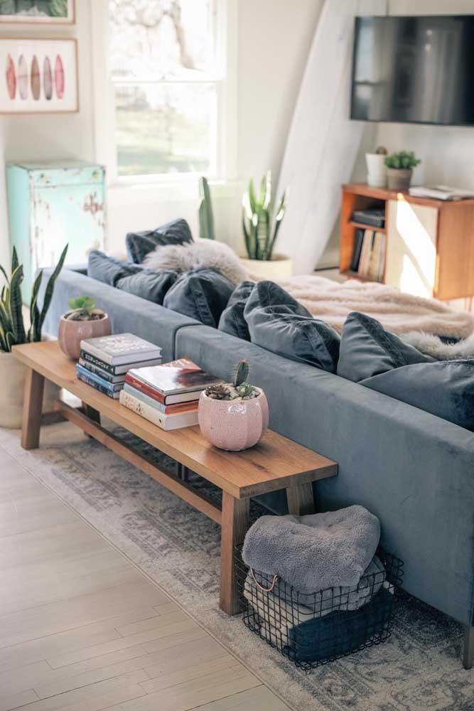 Para um visual mais descontraído, no entanto, use um aparador mais baixo e menor que o sofá