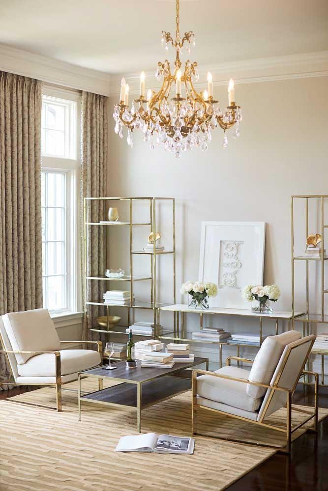 Aparador de vidro para sala com estrutura metálica dourada: um banho de luxo e charme no ambiente