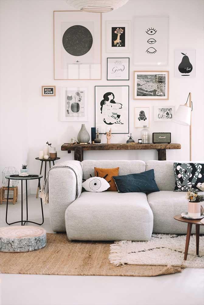A sala de estar com visual escandinavo trouxe um aparador de madeira rústico super charmoso