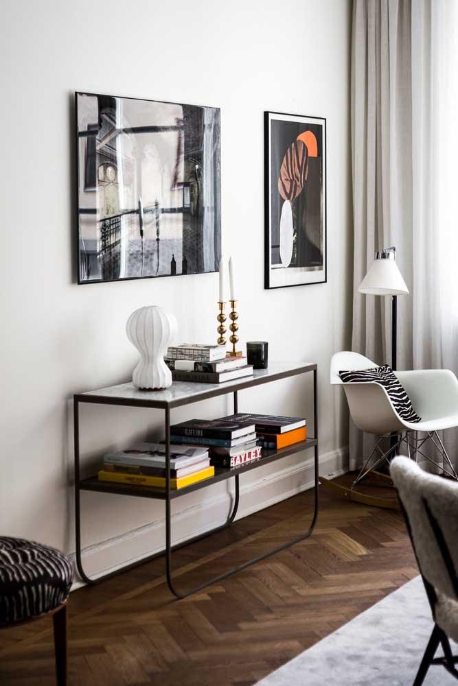 Para a sala de estar moderna, um aparador de ferro com bordas arredondadas