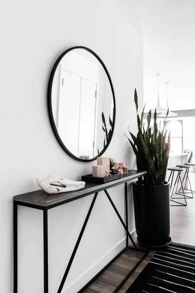 Simples e bem estreitinho, esse aparador consegue reunir com muito estilo os objetos decorativos