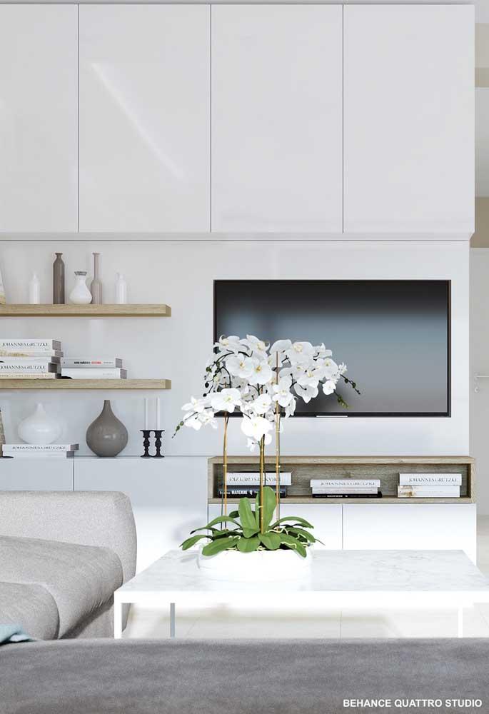 Aparador e prateleiras combinados para a decoração dessa elegante sala de estar