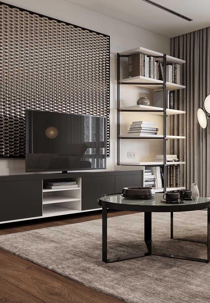 O painel atrás da TV ajuda a valorizar a parede com o aparador