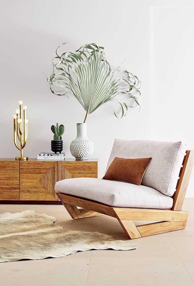 Aparador de madeira formando, junto com a poltrona, um ambiente rústico e elegante