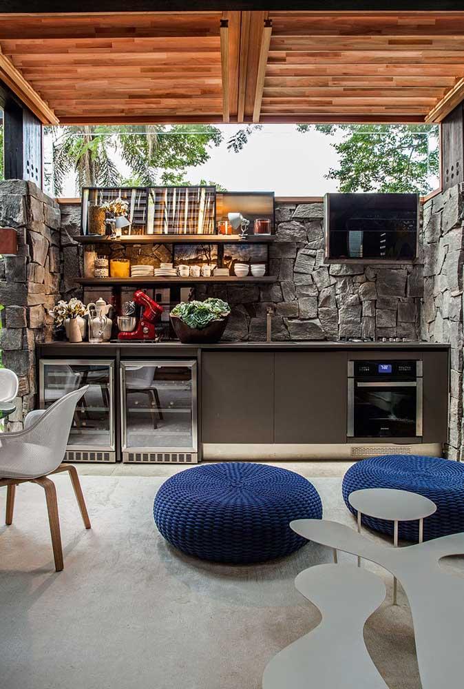Área gourmet que mescla o rústico e o moderno para garantir total funcionalidade, sem abrir mão do conforto