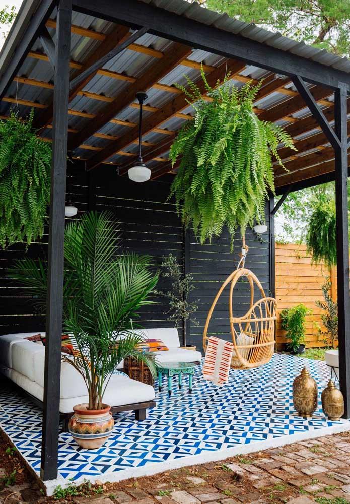 As plantas fazem dessa área gourmet o lugar perfeito para relaxar e descontrair