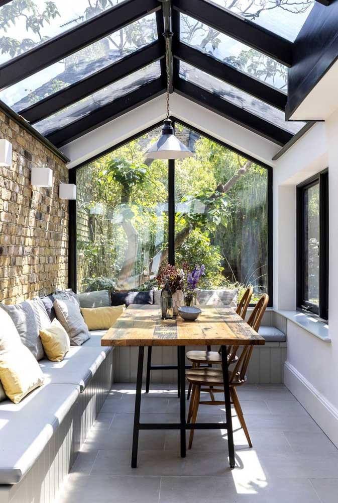 A cobertura de vidro inunda a área gourmet com luz solar, mas sem precisar ficar exposta ao tempo
