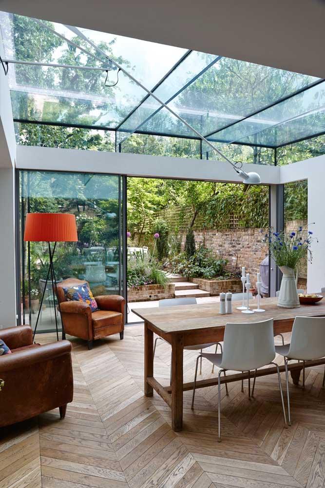 O vidro reforça a proposta moderna e elegante dessa área gourmet