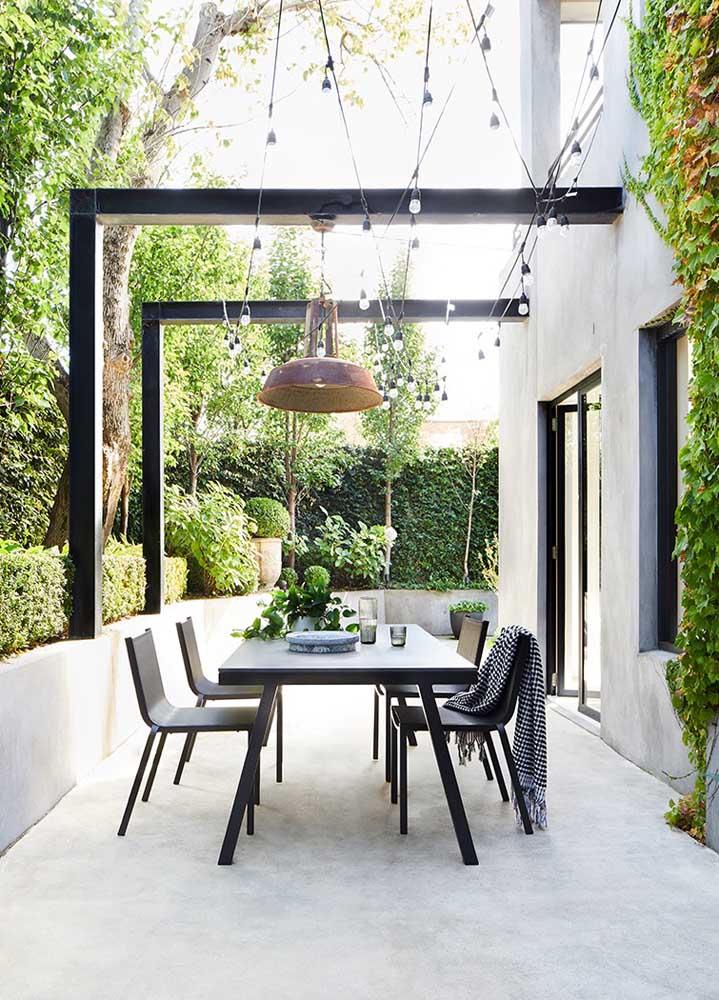 O corredor da casa foi transformado positivamente em uma bela e simples área gourmet