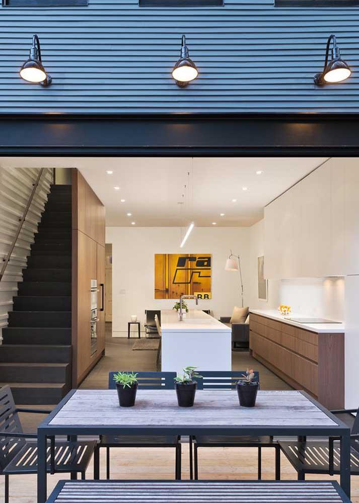 Área gourmet externa integrada a cozinha de dentro da casa; projeto ideal para quem deseja compartilhar móveis e eletrodomésticos
