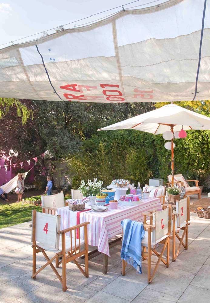 Aqui, a lona de tecido protege contra o sol e a chuva; proposta moderna e despojada de decoração para a área gourmet