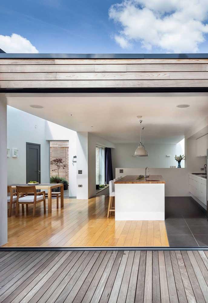 Priorize pisos e materiais de fácil limpeza, afinal a área gourmet foi feita para recepcionar bem os amigos, não para se preocupar com a sujeira