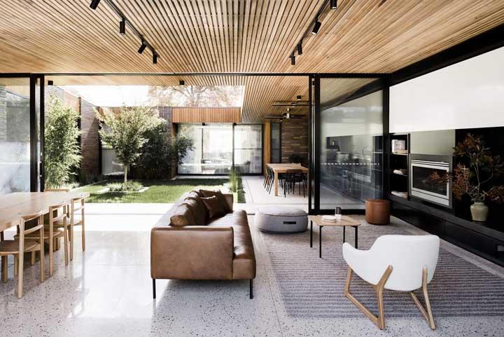 O vidro garante a integração total entre os espaços - e o isolamento quando for necessário