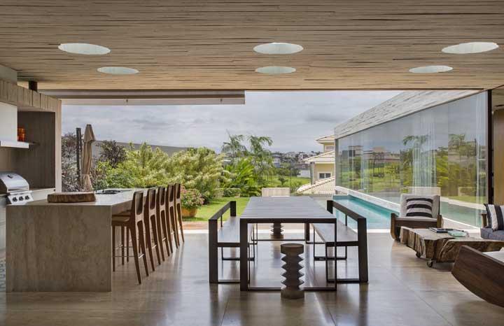 Balcão, mesa e sofá: os convidados escolham o melhor lugar para ficar