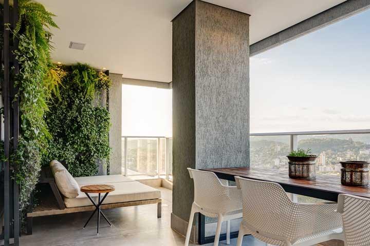 O jardim vertical é o grande destaque dessa área gourmet de apartamento