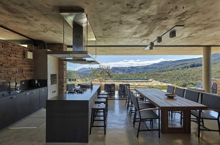 A vista que invade a área gourmet é um convite a mais para permanecer no local