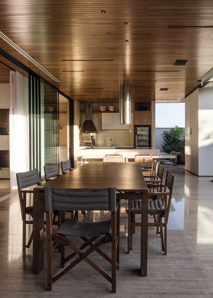 Uma mesa ampla e de muitos lugares para acomodar a todos com conforto