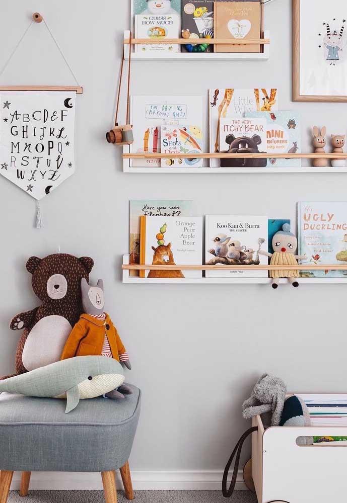 As prateleiras deixam os títulos de cada livro à vista, o que facilita para criança encontrar aquele que deseja