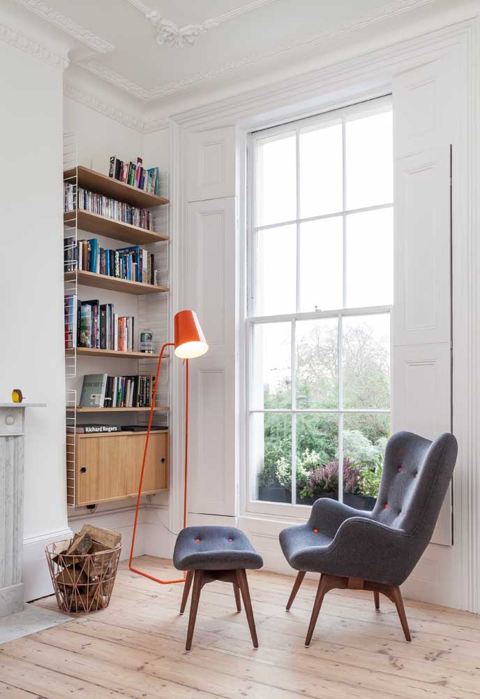 Uma bela e enorme janela para banhar o cantinho da leitura com luz natural