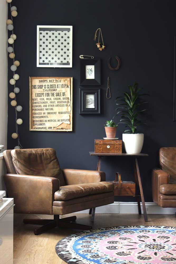 Sobriedade e elegância dão o tom desse outro cantinho da leitura, marcado pelas poltronas de couro marrom em contraste com a parede azul petróleo